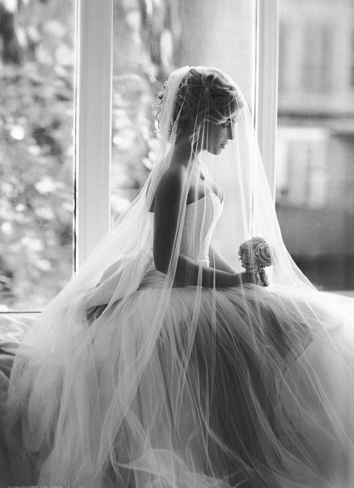 mariage-robe-de-mariée-longue-blanche-photo-noir-et-blanc-jolie
