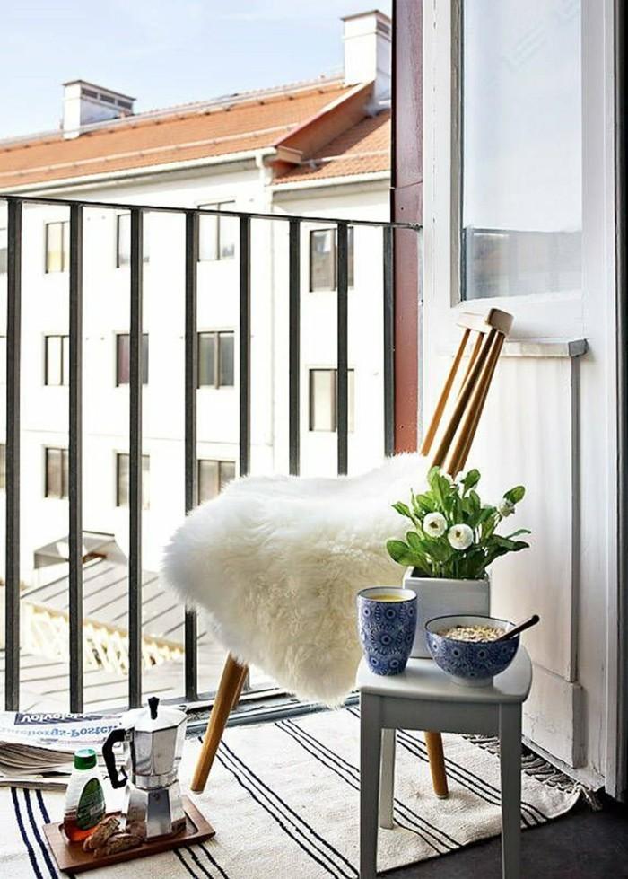 aménager un petit balcon, chaise en bois, tapis à franges, petit déjeuner, fleurs blanches