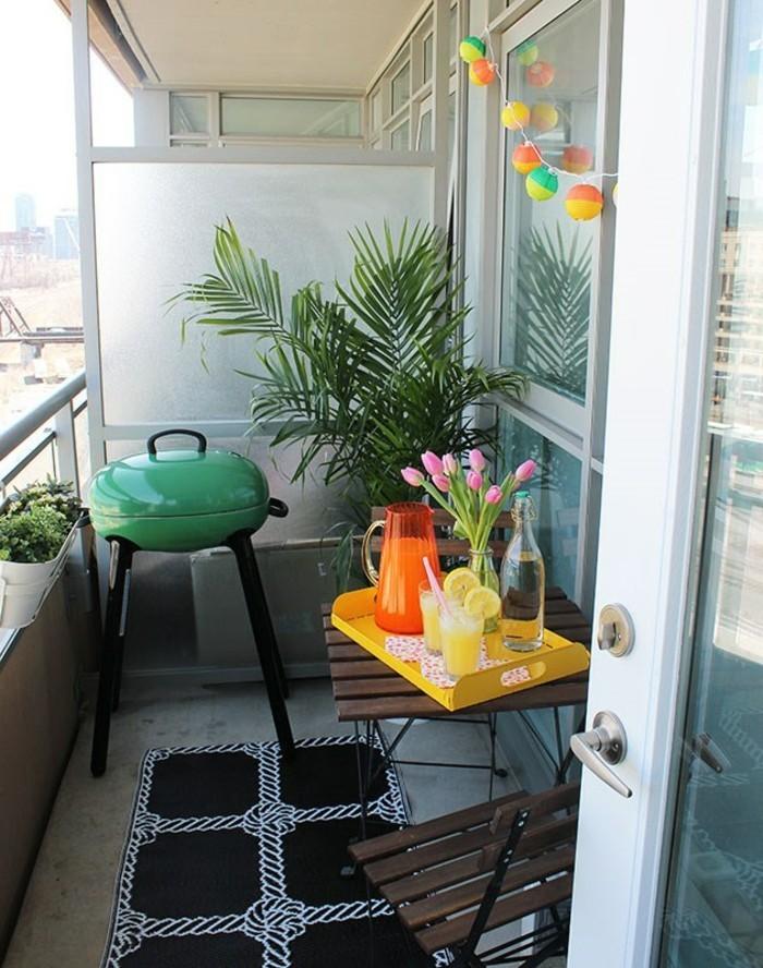 idee deco terrasse, tapis noir, chaises en bois, table de balcon, bouquet en tulipes rose
