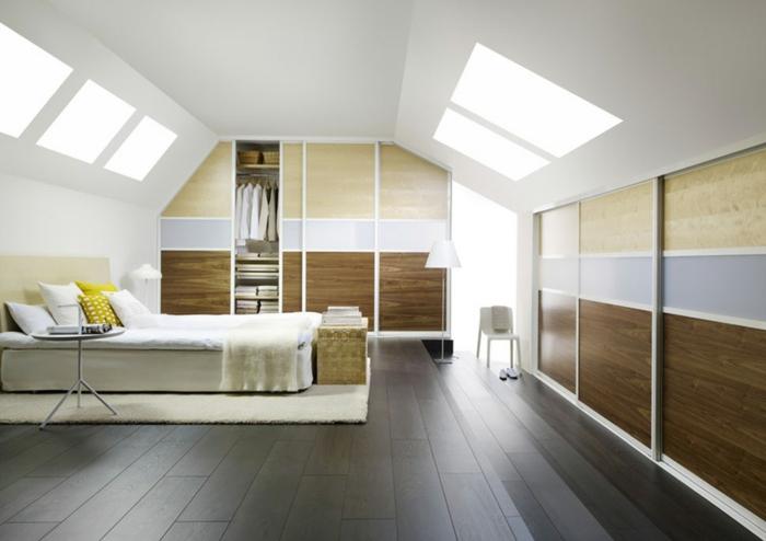 dressing sous pente, grand lit, parquet foncé, armoire avec des portes coulissantes, penderie et autres compartiments, déco chambre sous pente