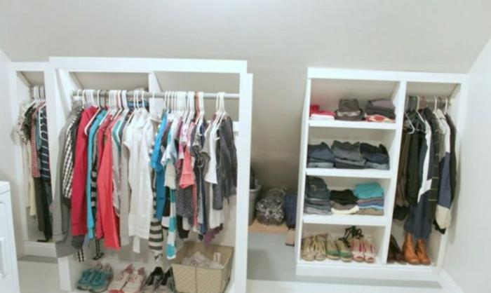 meuble sous comble, penderie, étagères ouvertes, idée petit dressing gain de place pour organiser ses vêtements et chaussures