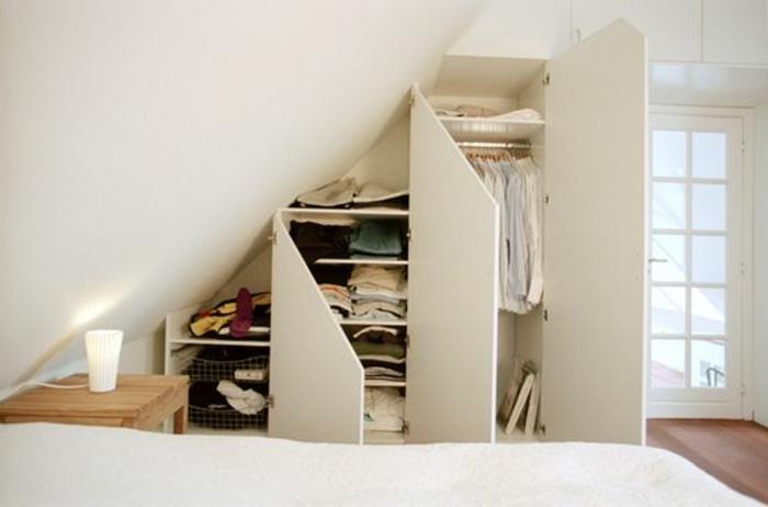 armoire sous pente à portes battantes, armoire différents niveaux, penderie, placards, déco chambre blanc