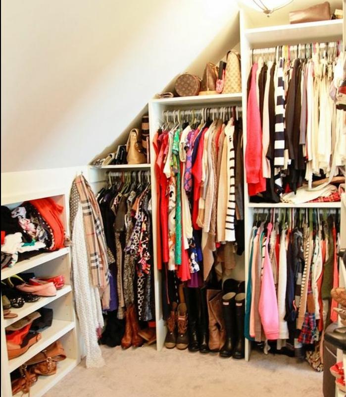 idée de meuble sous comble, penderie, rangement vêtement accessoires et chaussures, armoire ouverte