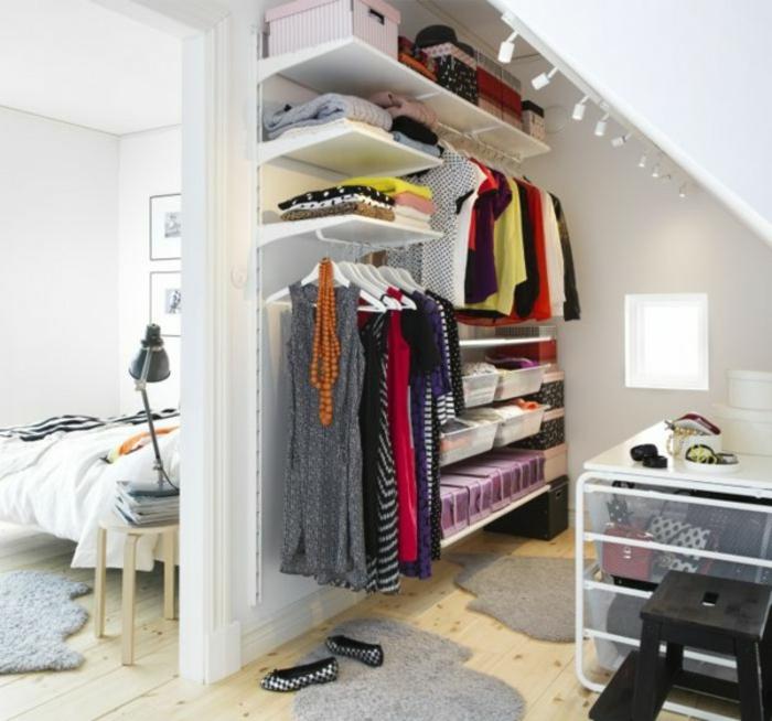 dressing sous pente, penderie étagères, bacs de rangements accessoires, cases modulables, idée de rangement affaires personnelles
