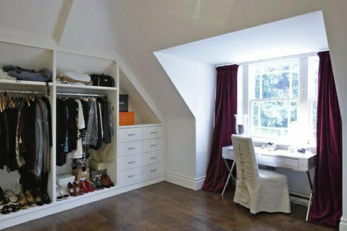 meuble sous pente, penderie et placards, un bureau coiffeuse, idée comment aménager une chambre de comble