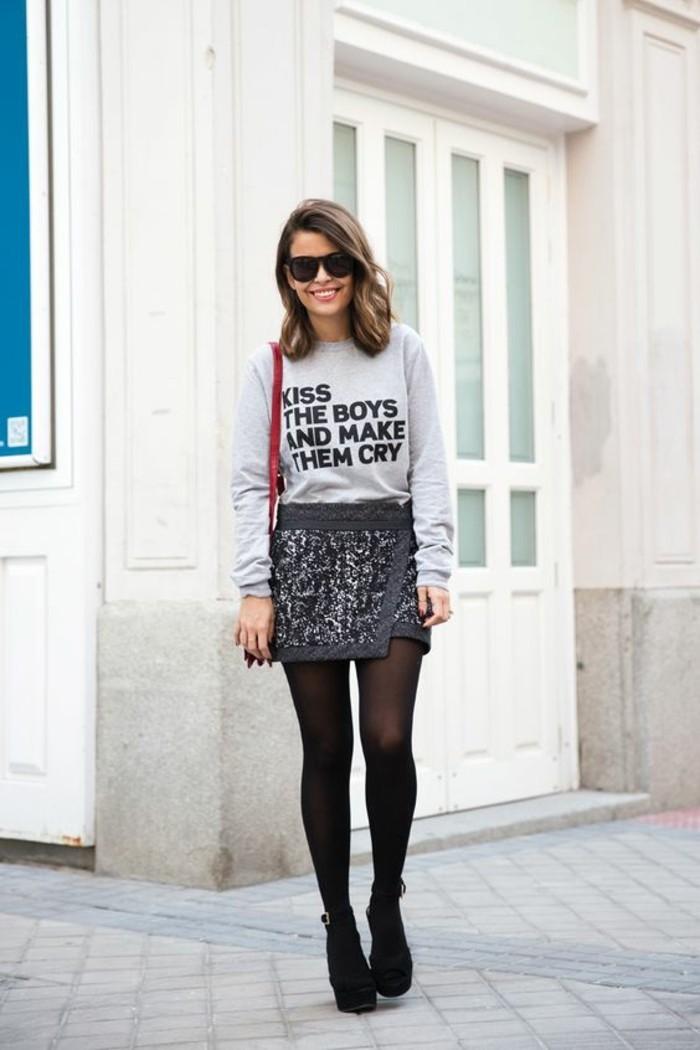 une jupe courte à sequin et blouse grise imprimée, comment s'habiller selon sa morphologie