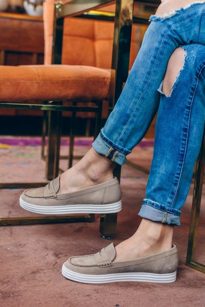 mocassin femmes en taupe et semelles blanches à porter avec les jeans