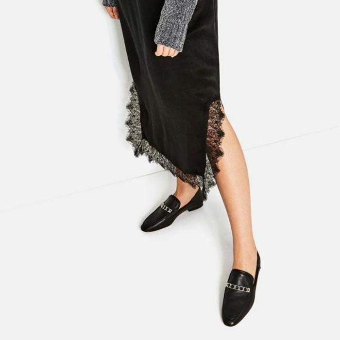 mocassin noir vernis femme porté avec une jupe féminine à 2 fentes