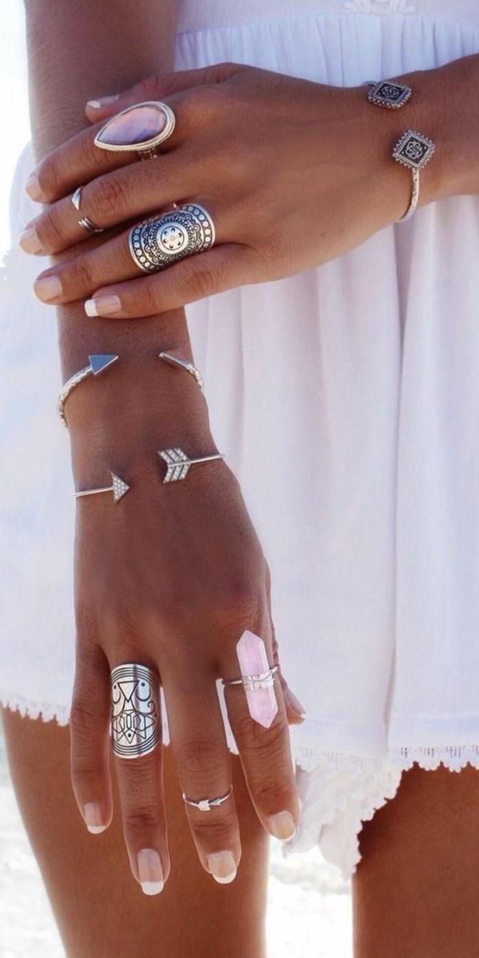 des bijoux en argent ethniques, comment accumuler les bijoux pour créer un style bohème, une fine bague de demi-doigt