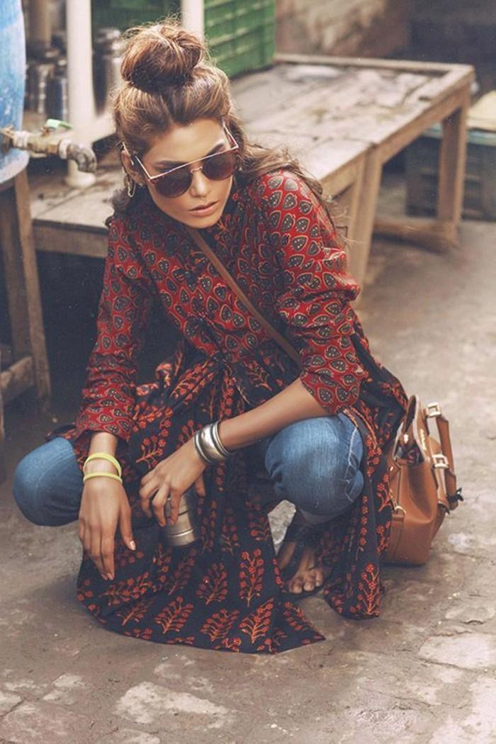 mode boheme, longue chemise orange, jeans et sac camel cuir