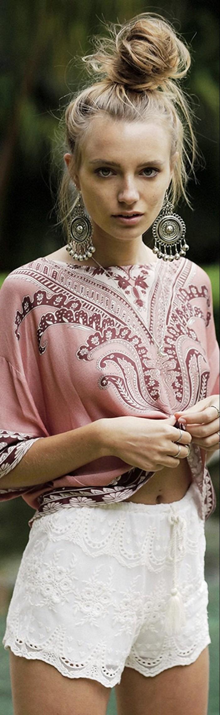 mode boheme, chignon haut, blouse rose hippie chic et boucles d'oreilles ethniques