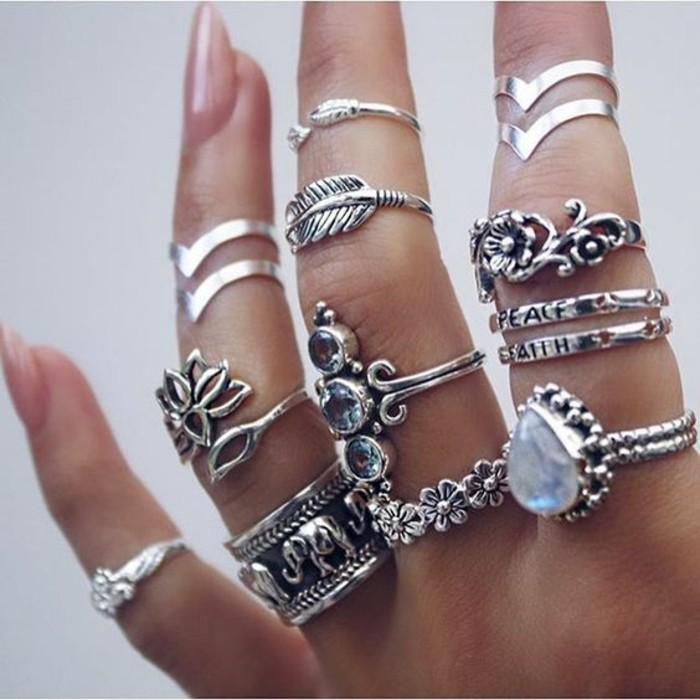 bague phalange de style bohème, accumulation de bijoux argentées