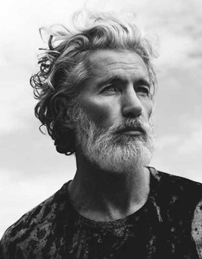 barbe grise homme mur cheveux bouclés blancs