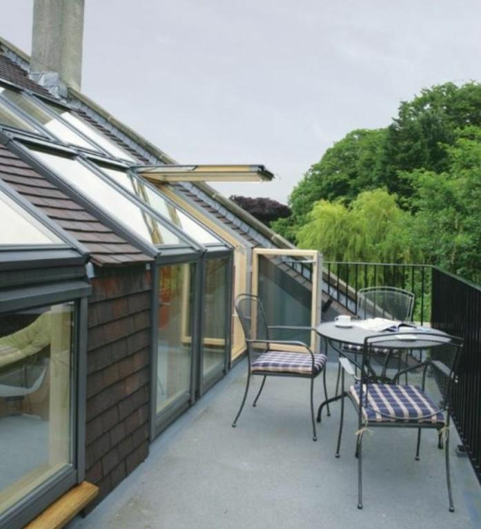 amenagement terrasse tropezienne, table et chaises en métal, terrasse en béton, grade fou noir, deco terrasse simple