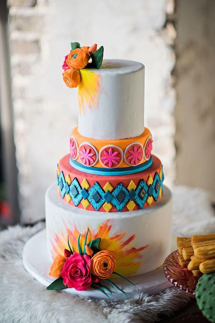 gateau anniversaire adulte original avec des couches colorés à motifs floraux et geometriques en p6ate à sucre, deco gateau de fleurs fraiches