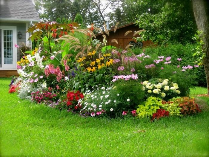 parterre de fleur, couleurs tailles différentes sur un gazon, coin nature en plein air, idée deco jardin intéressante