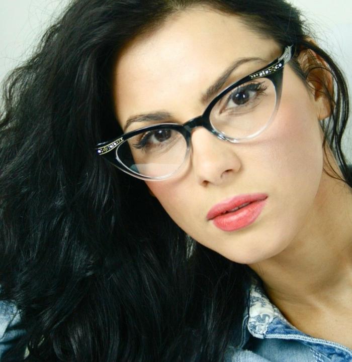 modele-lunette-de-vue-femme-fortement-étirée-sur-les-extrémités