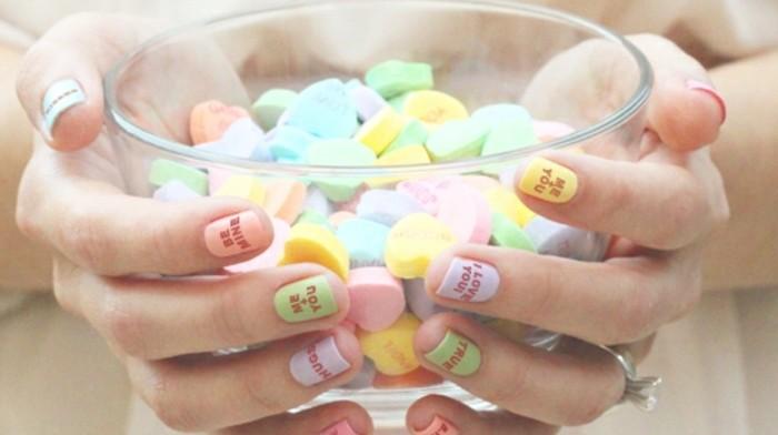 modele-ongle-multicolore-signe-je-t'aime-coeur-bague-en-argent