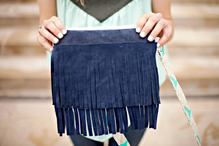 modele-pochette-a-frange-bleu-indigo-idée-de-pochette-en-cuir-femme-pour-tous-les-jours-accessoire-stylé