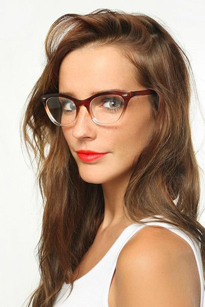 monture-de-lunette-de-vue-femme-en-marron-fortement-étirée-sur-les-cotes