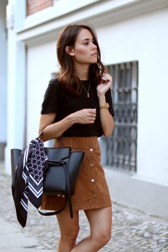 jupe en daim vintage boutonnée devant, la mode pour toutes les morphos