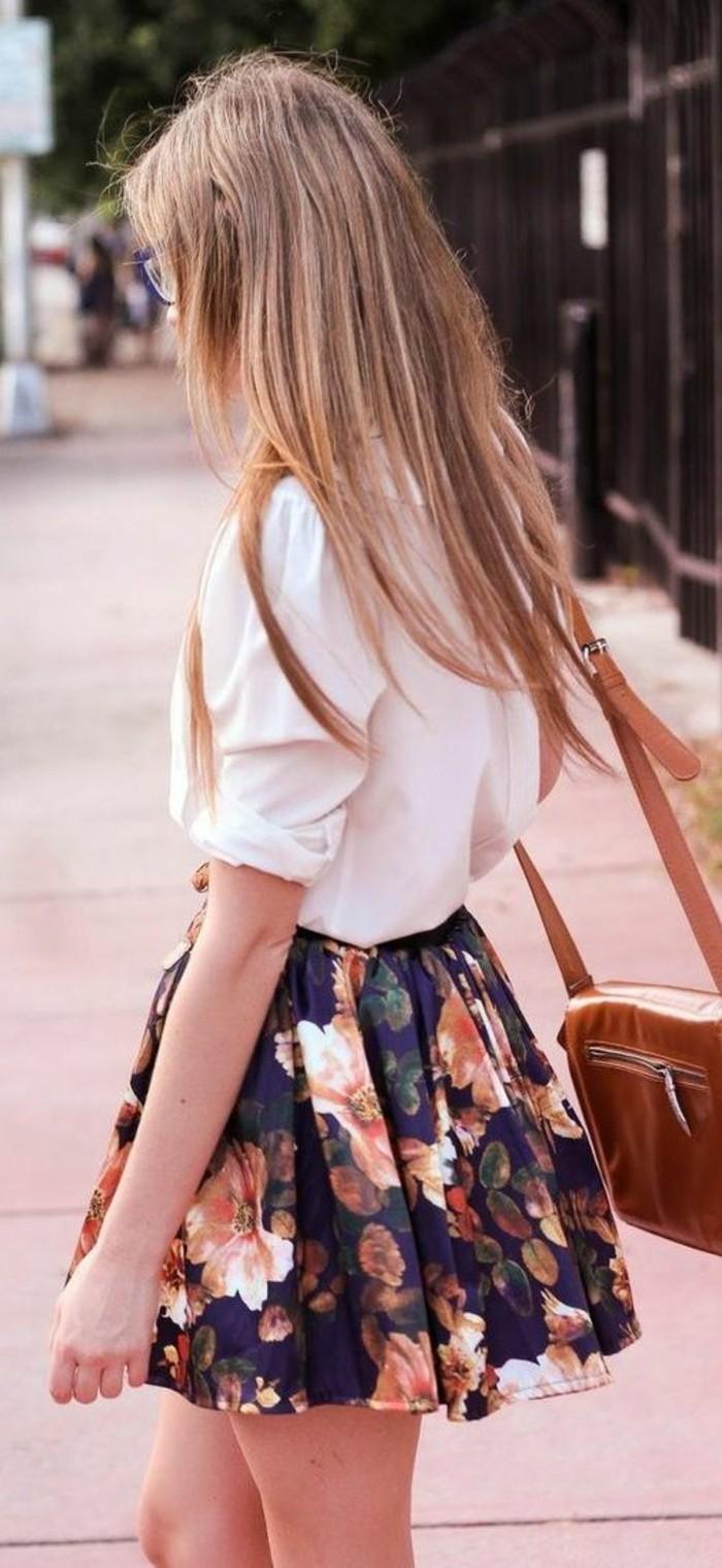 chemise blanches rentrée dans une jupe évasée à larges imprimées florales pour une femme en morphologie triangle inversé