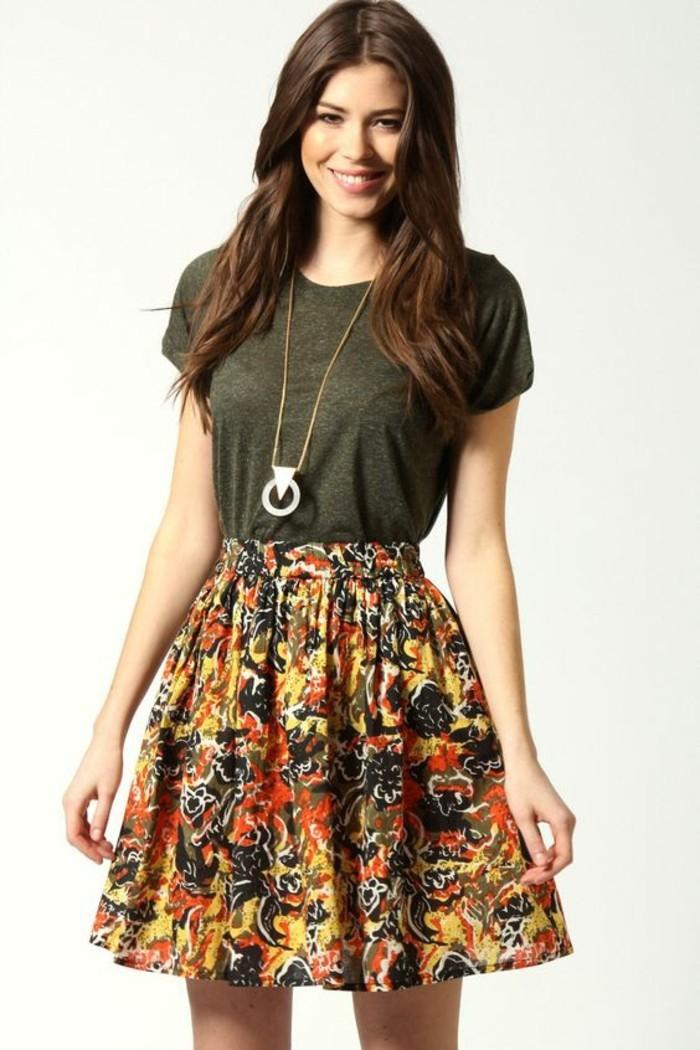 jupe évasée florale et t-shirt basique, une morphologie en triangle inversée