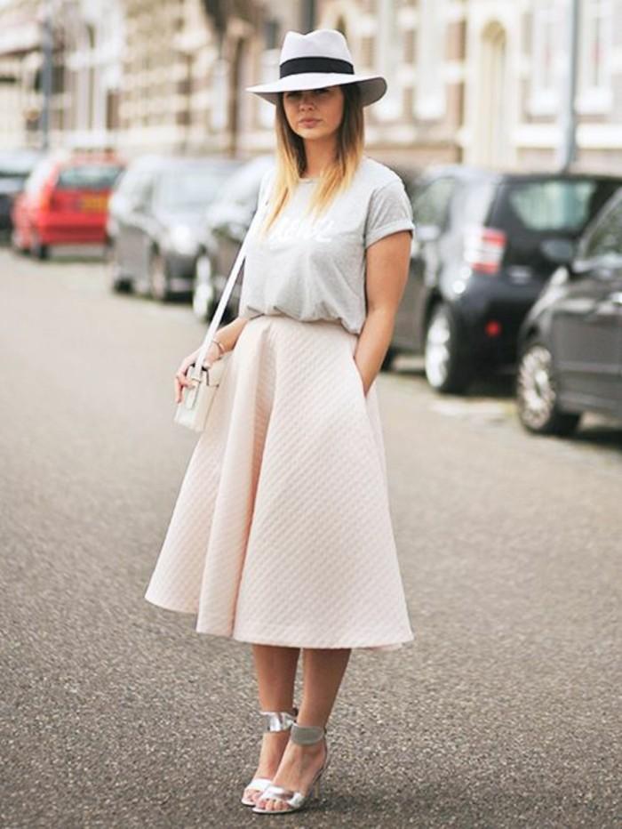 une jupe corolle matelassée associée à un t-shirt gris, morphologie triangle inversé