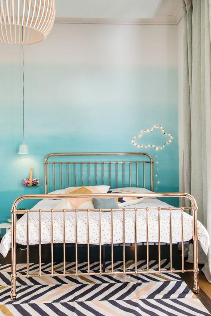 mur-ombré-chambre-ado-créative-lit-en-cuivre-nuage-lumineuse