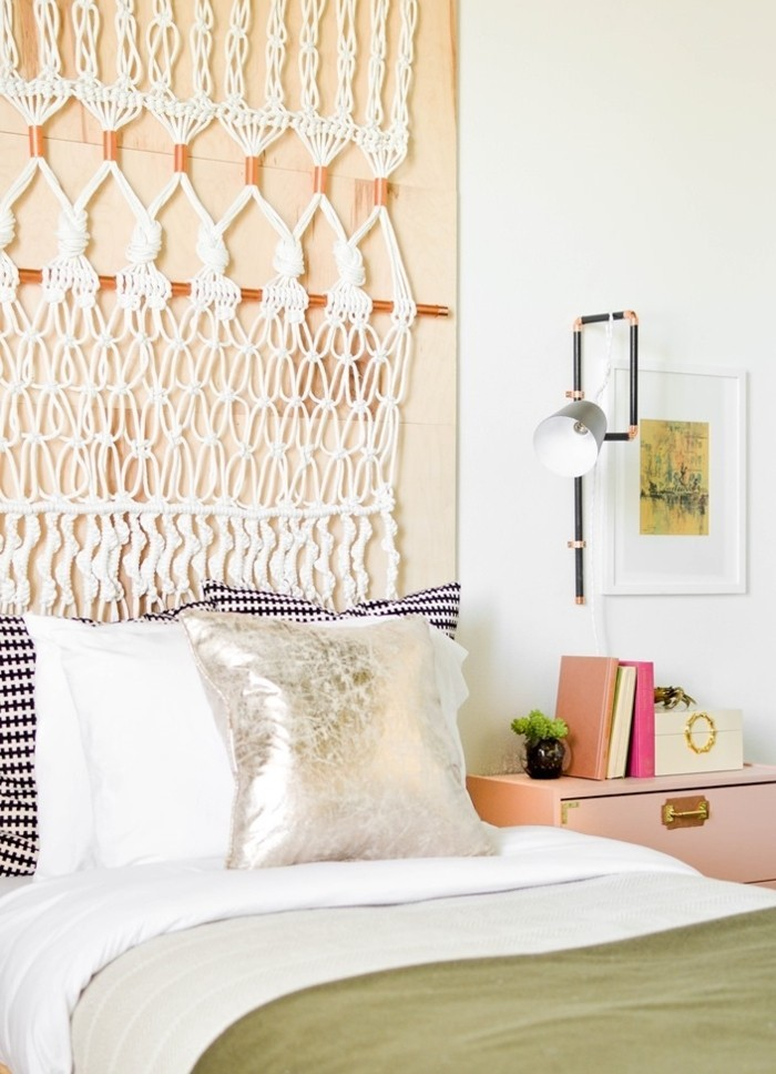 diy macramé, coussins décoratifs, peinture paysage, armoire rose, couverture de lit kaki