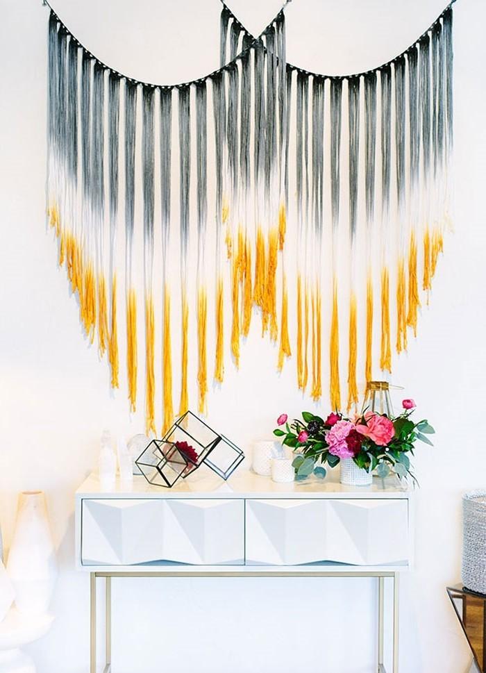 diy macramé, teinture murale en noir et jaune, vase à fleurs, table blanche
