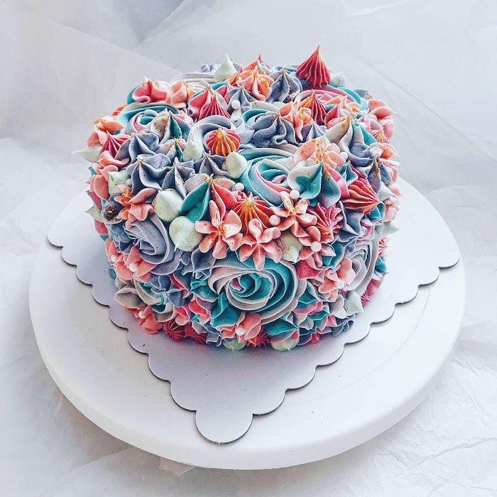 gateau arc en ciel original avec texture, decoration gateau anniversaire de fleurs de creme au beurre et meringues