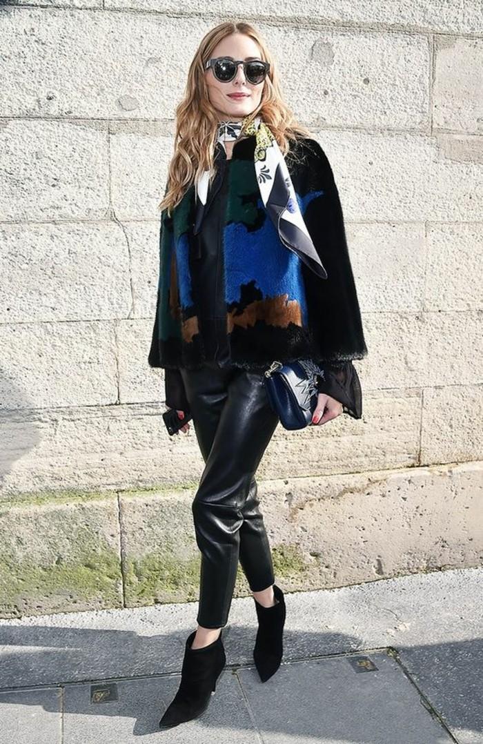 pantalon-cuir-femme-manteau-en-fourrure-écharpe-en-satin