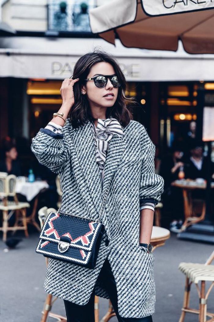 pantalon-en-cuir-femme-manteau-tweed-petit-sac-bandoulière