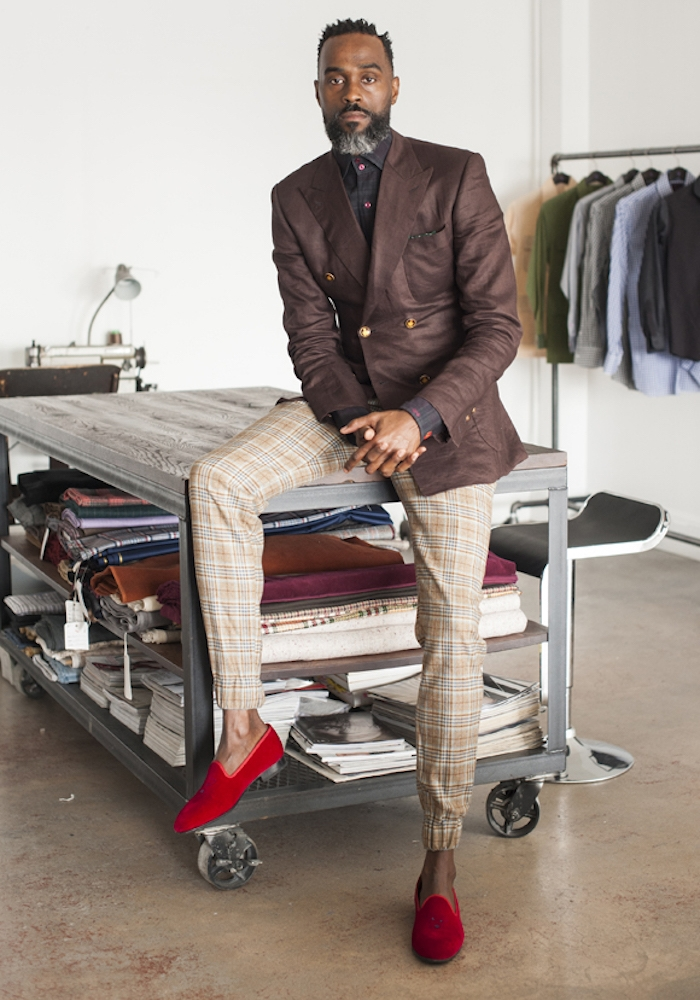 pantalon serré en bas homme à carreaux écossais chino style sapeur