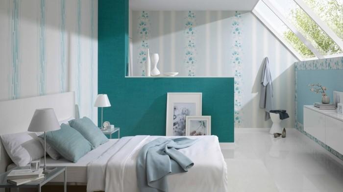 deco chambre adulte bleu, lit blanc, lampes de chevet, table de chevet en verre, grande fenêtre plafond