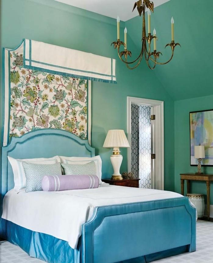 papier peint chambre, turquoise vert, lustre bougies, lampe de chevet blanche, lit turquoise bleu