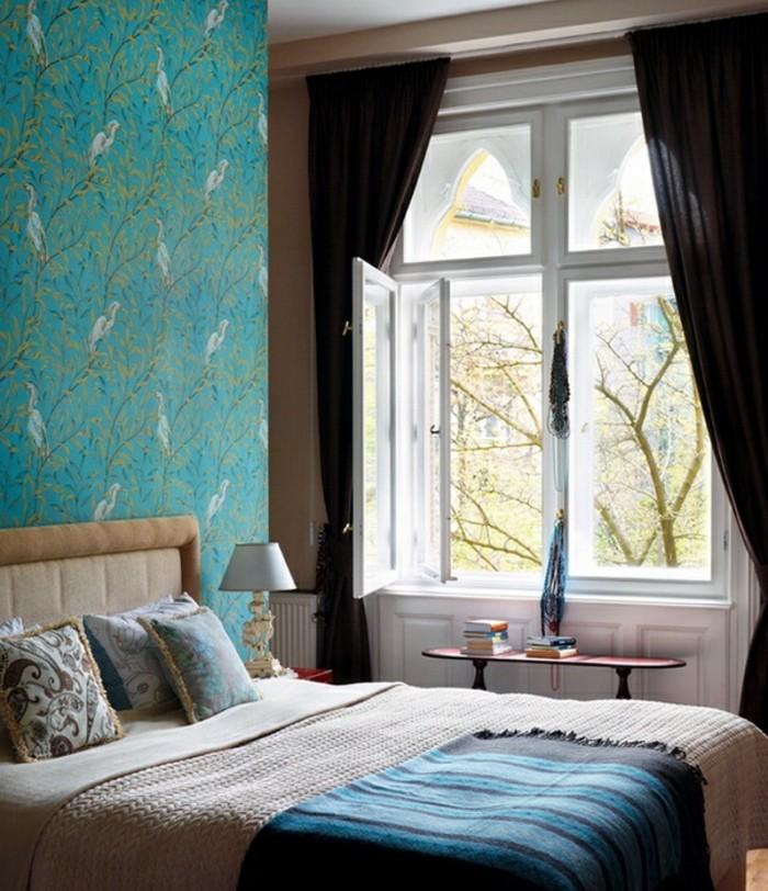 papier peint chambre, motifs oiseaux, rideaux foncés, grande fenêtre, lampe de chevet retro
