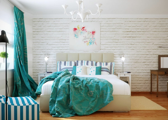 deco chambre adulte bleu, parquet en bois, lustre blanc, lampe noire, rideaux turquoise