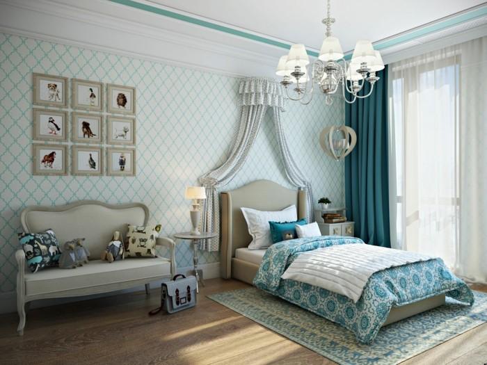 chambre turquoise, parquet en bois, grande fenêtre, couverture de lit blanc et turquoise