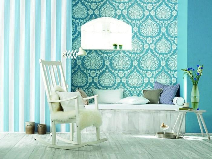 deco chambre adulte bleu, chaise à basculer, couverture en fausse fourrure, vase de fleurs
