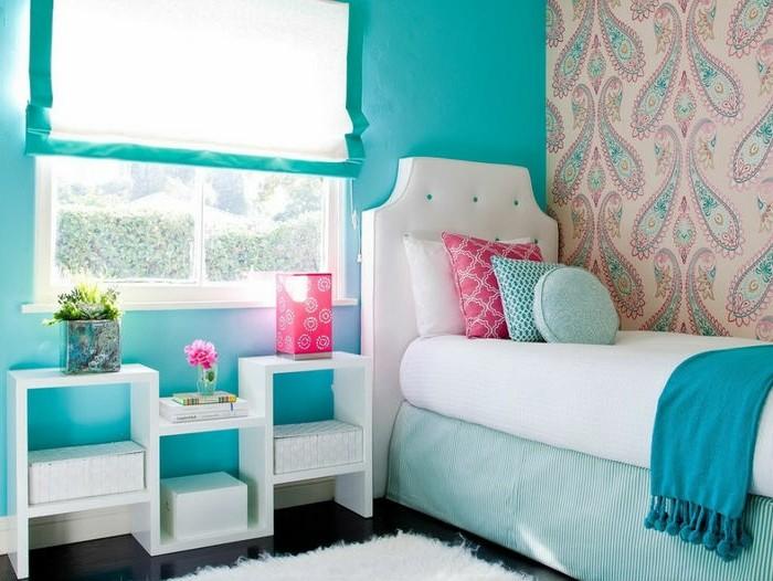 idée couleur chambre, parquet foncé, tapis fausse fourrure, coussins décoratifs turquoise