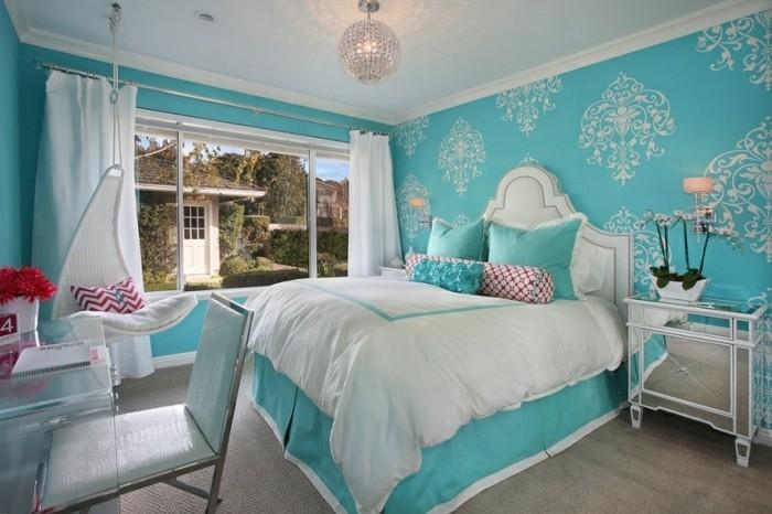 couleur chambre parental, lustre en cristaux, grand lit, chaise œuf