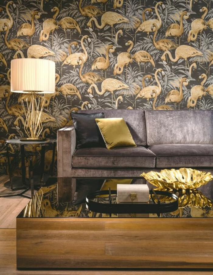 papier-peint-exotique-doré-intérieur-élégant-et-chic-canapé-velours