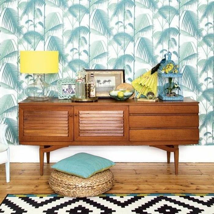 papier-peint-palmier-commode-vntage-tapis-géométrique