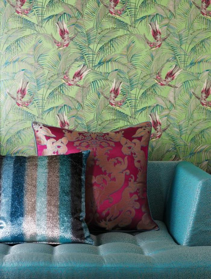 papier-peint-tropical-fond-vert-canapé-bleu-coussins-décoratifs