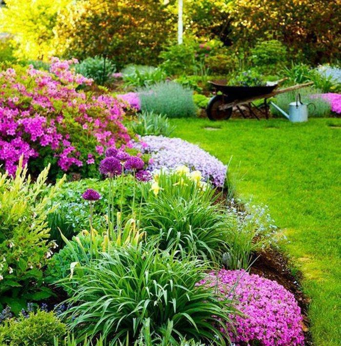 ilot fleuri, fleurs et arbustes, gazon, brouette, idée decoration exterieur, comment faire une parterre de fleurs