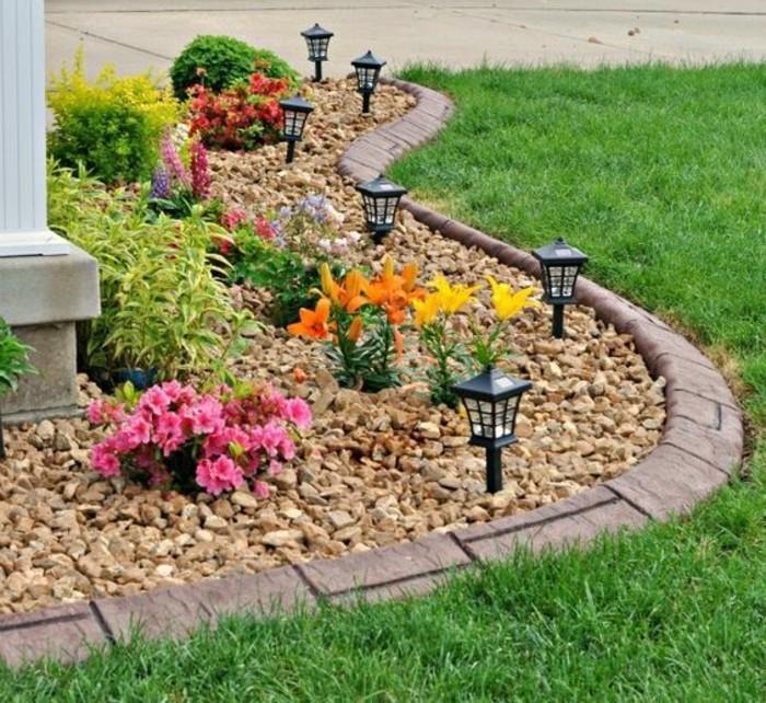 parterre-de-fleurs-avec-galets-rocaille-fleurie-des-galets-et-des-fleurs-rocaille-couleurs-diverses-idée-amenagement-jardin