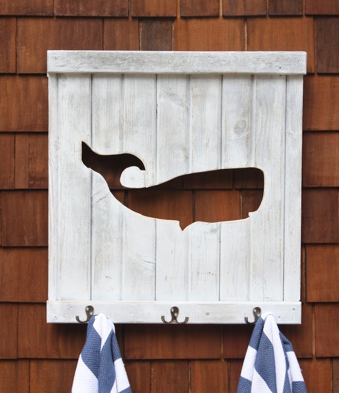patère salle de bain en bois diy fabriqyer porte manteau serviette planche crochet baleine theme mer