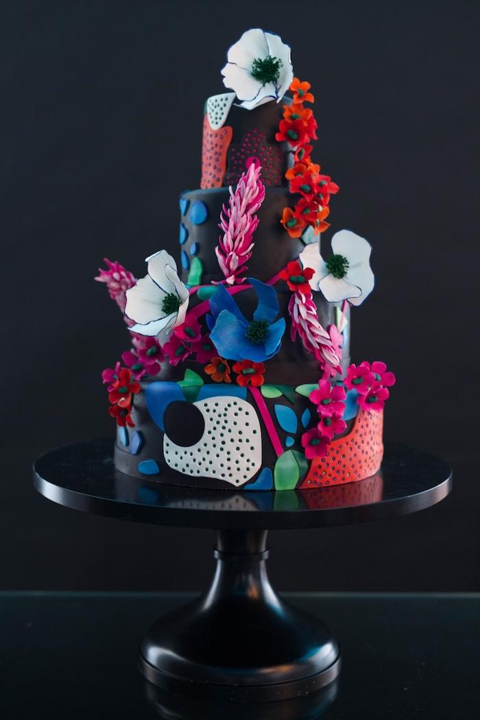 dessin gateau floral et abstrait sur pâte à sucre de couleur noire et decoration de fleurs de papier
